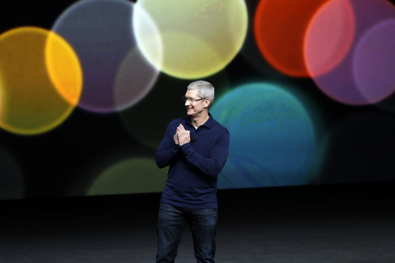 L'amministratore delegato di Apple Tim Cook durante una presentazione del 2016