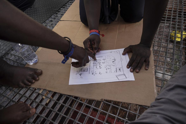 Migranti soccorsi disegnano una mappa del centro di prigionia di Zawiya (foto d'archivio, settembre 2019)