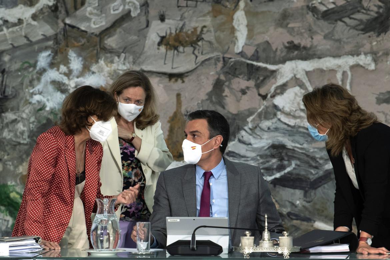 Pedro Sanchez parla con la sua ormai ex vice, Carmen Calvo, durante un vertice di governo