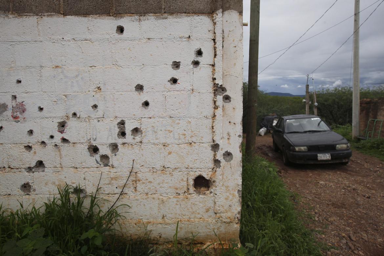 I fori di proiettile sul muro esterno di una casa, alla periferia del comune di Valparaiso, nello stato di Zacatecas