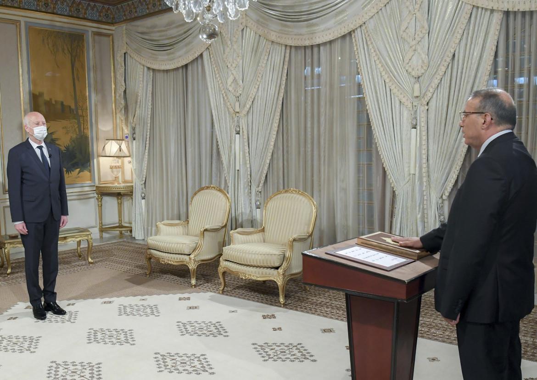 Ridha Gharsallaoui a destra nominato ministro ad interim dell'Interno, a sinistra il presidente Kais Saied