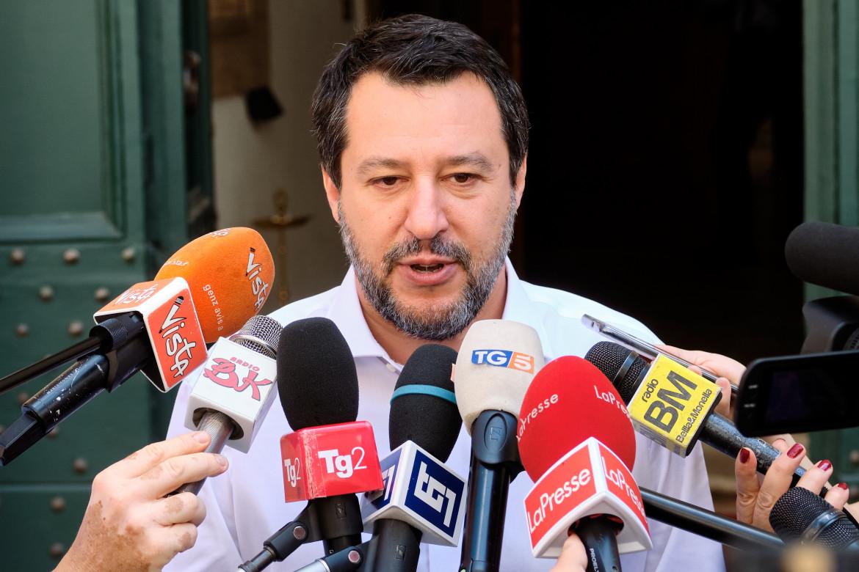 Matteo Salvini ieri davanti al carcere di Santa Maria Capua Vetere
