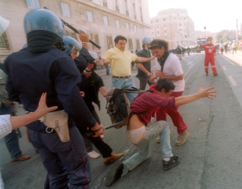 Cariche su manifestanti a Genova 2001