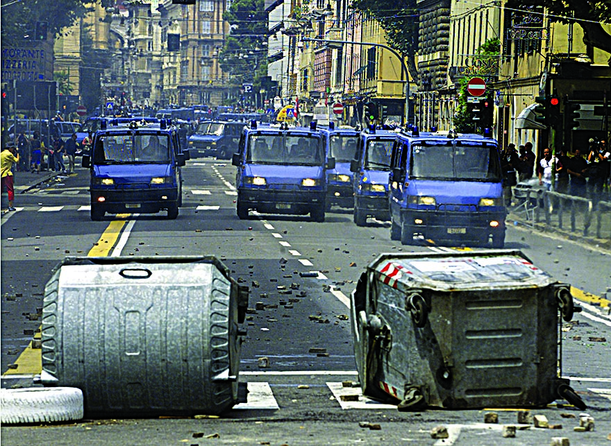 Schieramento delle forze dell'ordine a Genova 2001