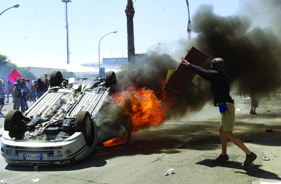 Scontri tra polizia e manifestanti a Genova 2001