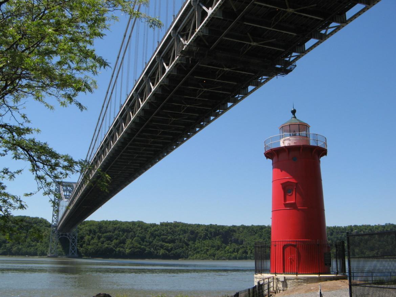 Il ponte George Washington e il Little Red Lighthouse sul fiume Hudson a New York