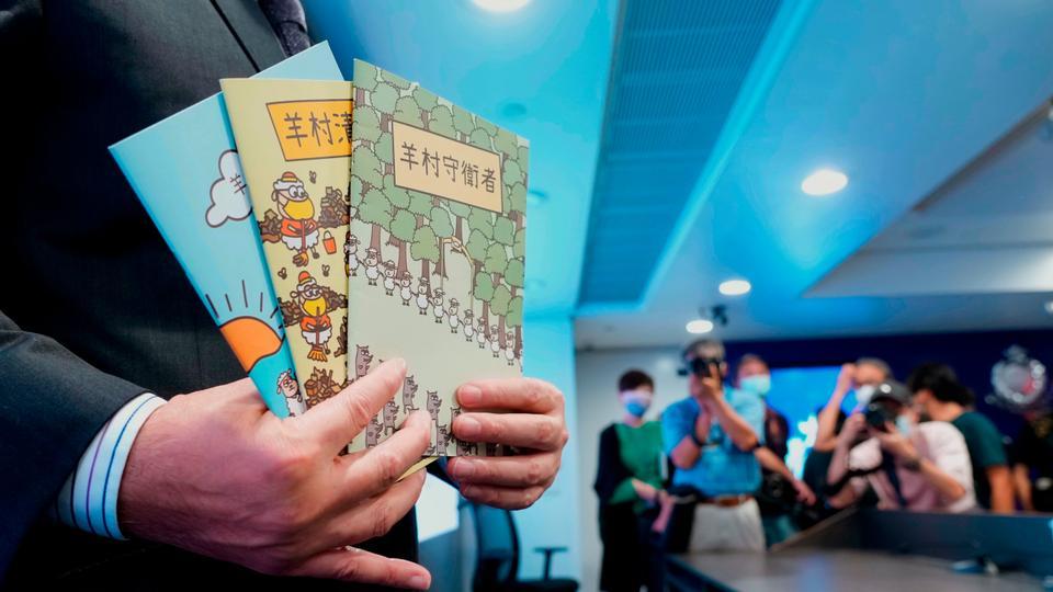 I libri incriminati durante la conferenza stampa del dipartimento della Sicurezza nazionale