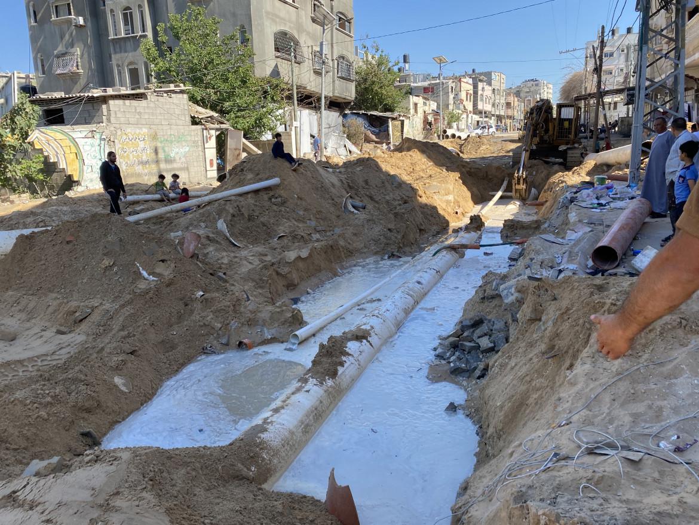 Gaza, una strada distrutta dai bombardamenti