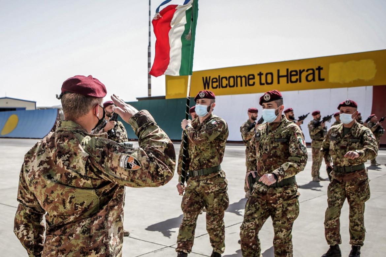 L'Italia gira i tacchi, lasciandosi dietro il messaggio di benvenuto che campeggia sulla base di Herat, nel giorno dell'ammainabandiera ufficiale