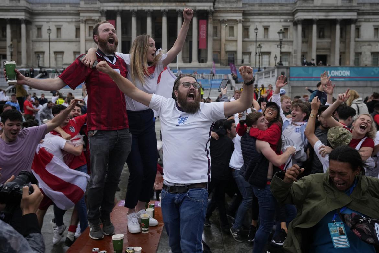 Londra, tifosi inglesi a Trafalgar Square festeggiano la vittoria sulla Germania a Euro 2020
