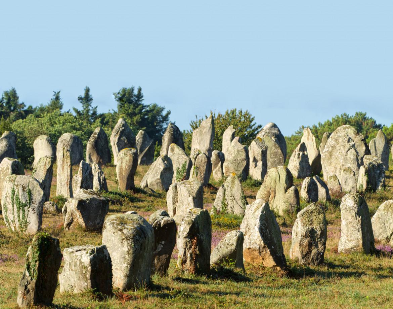 Gli allineamenti di Carnac nella Bretagna del Sud, tra i complessi megalitici più estesi al mondo