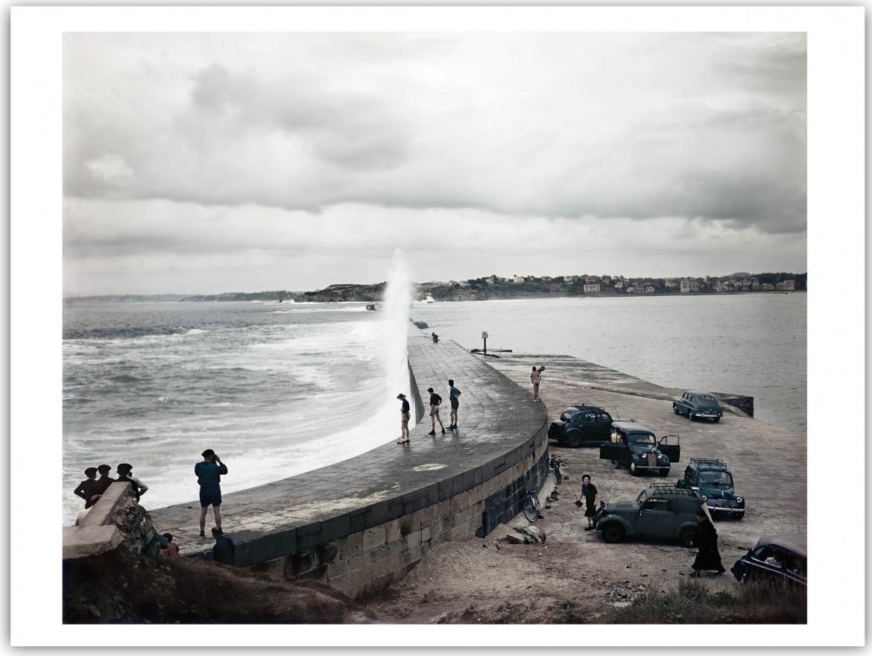 Robert Capa, Molo, Biarritz, Francia, 1951, foto presa da: Robert Capa Colore, Electa 2014