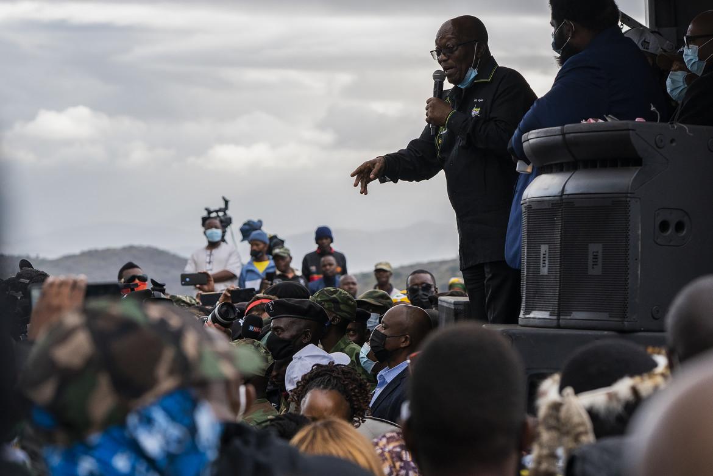 Jacob Zuma si rivolge ai sostenitori riuniti di fronte alla sua residenza di Nkandla