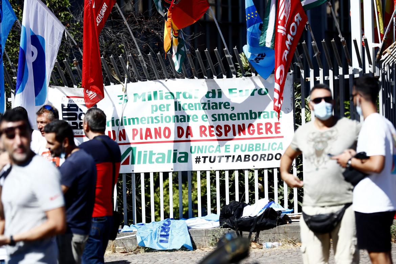 Il presidio dei sindacati sotto la sede della «nuova» compagnia Ita