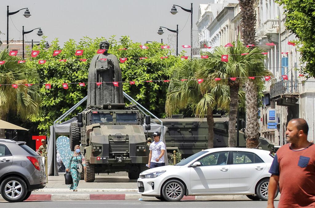 Avenue Bourguiba a Tunisi, una camionetta militare nel cuore della capitale