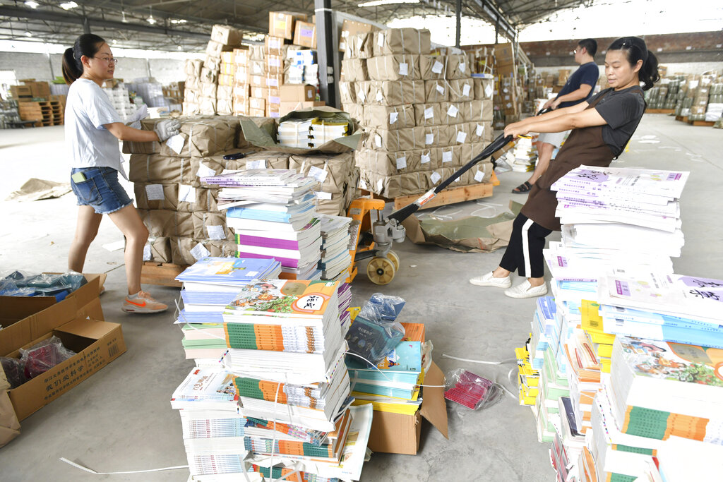 I libri di testo scolastici pronti per la distribuzione a Dongyang city, Zhejiang