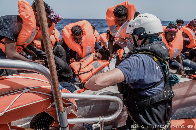 Un recente salvataggio di migranti da parte dell'Ocean Viking