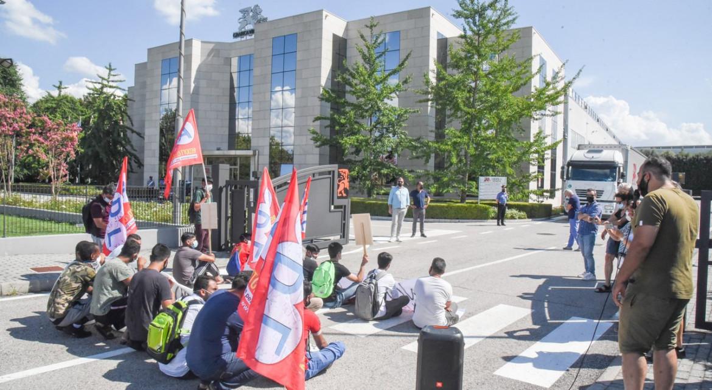 Protesta davanti a Grafica Veneta