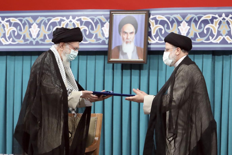 L'Ayatollah Khamenei ufficializza l'entrata in carica di Raisi