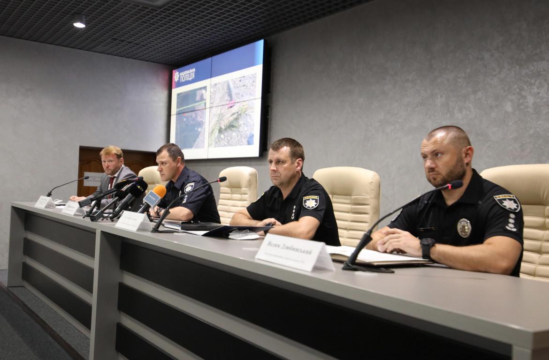 Il capo della polizia di Kiev Ihor Klymenko, il secondo da sinistra, durante la conferenza stampa sul ritrovamento del corpo di Shishov