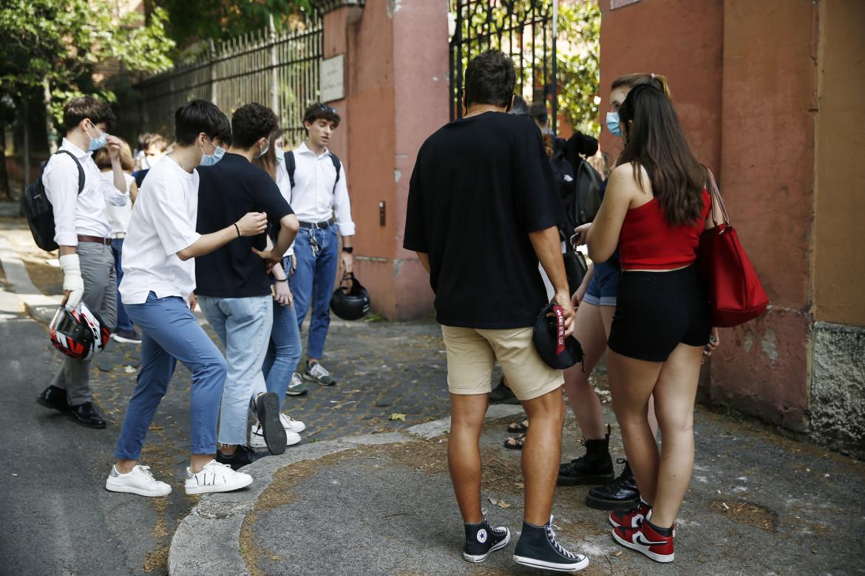 Studenti all'ingresso del liceo Kennedy di Roma