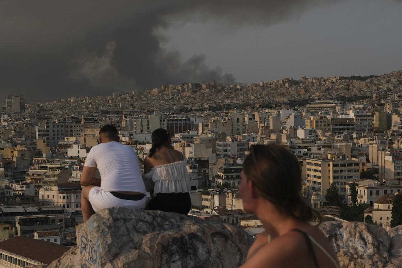 Il fumo degli incendi soffoca Atene, in basso il quartiere devastato di Varibobi
