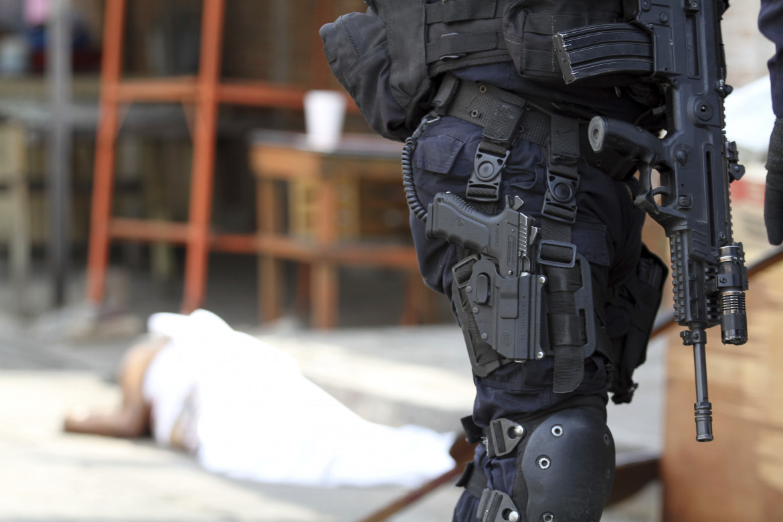 Un poliziotto messicano sul luogo di un omicidio ad Acapulco