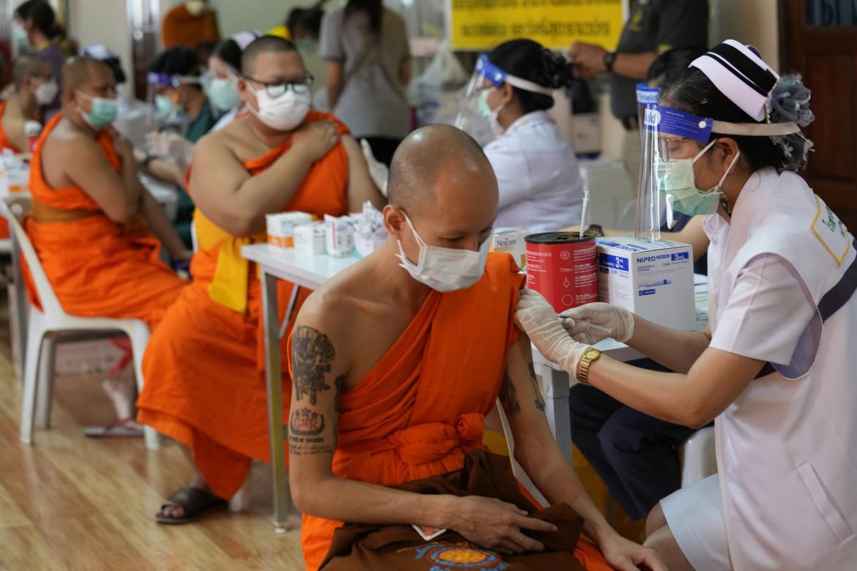 Monaci buddisti vaccinati al Wat Srisudaram di Bangkok