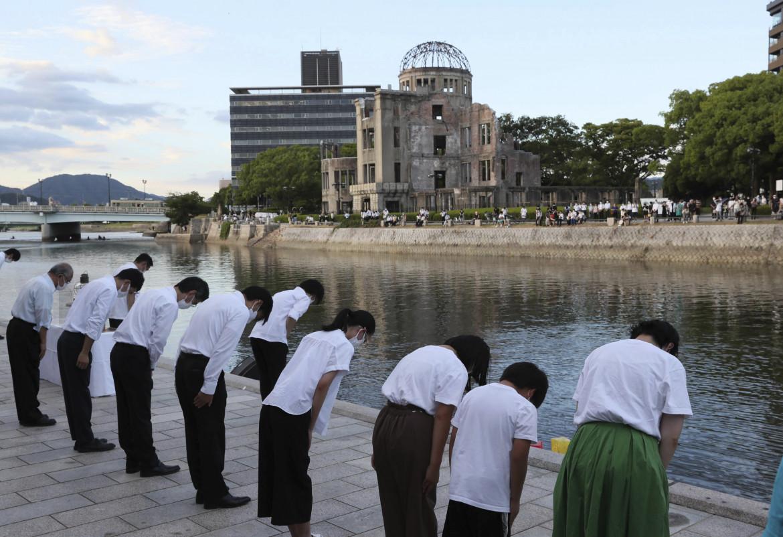 Il minuto di silenzio al Cenotafio delle vittime della bomba nucleare al Peace Memorial Park di Hiroshima