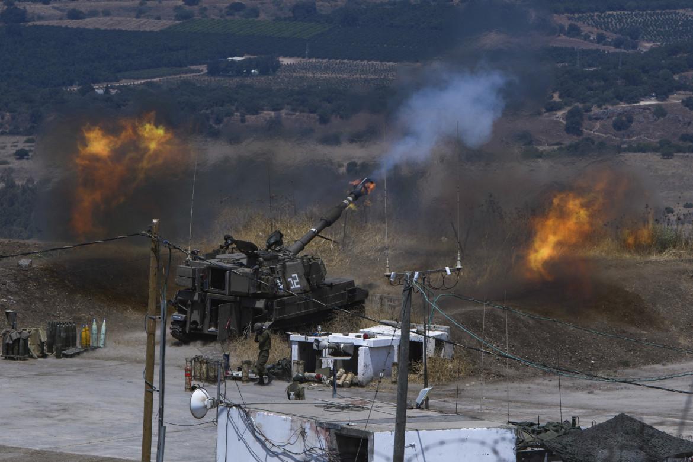 Colpi di artiglieria dell'esercito israeliano sparati verso il sud del Libano