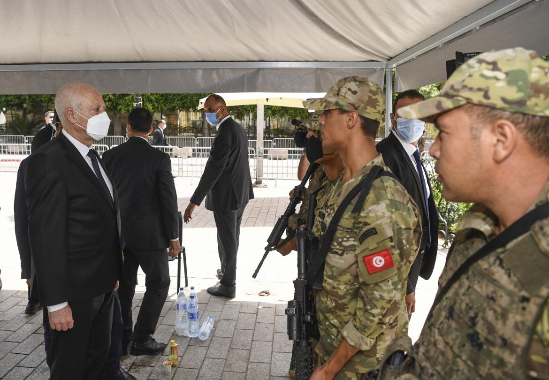 Il presidente Saied con un gruppo di militari su Avenue Bourguiba