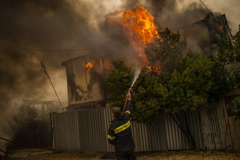 Vigili del fuoco tentano di spegnere un incendio tra le case nel nord di Atene