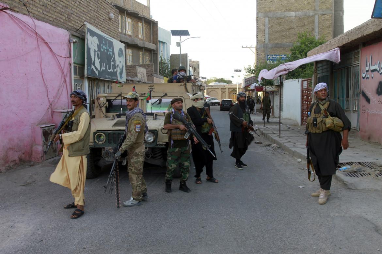 Milizie private fedeli all'ex comandante mujahideen Ismail Khan nella città di Herat, dispiegate al fianco dell'esercito afghano