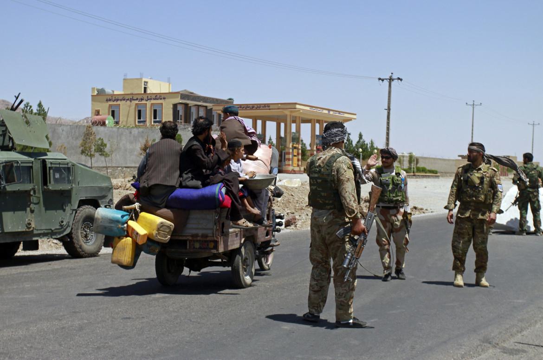 Civili afghani in fuga a causa dell'avanzata talebana a Herat