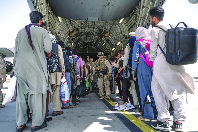 Un cargo all'aeroporto di Kabul imbarca collaborattori afghani dell'esercito Usa