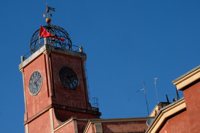 Un palazzo nel quartiere romano di Garbatella, con la bandiera rossa per il 25 aprile