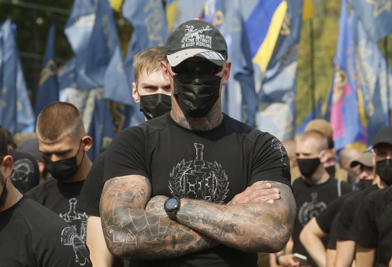 Appartenenti al battaglione Azov durante le manifestazioni per l'indipendenza ucraina nel 2020