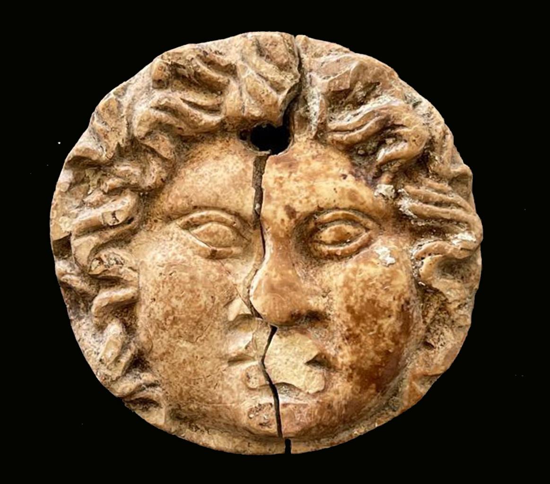 Applique in osso con volto di Medusa, IIsecolo a.c. - I secolo d.c