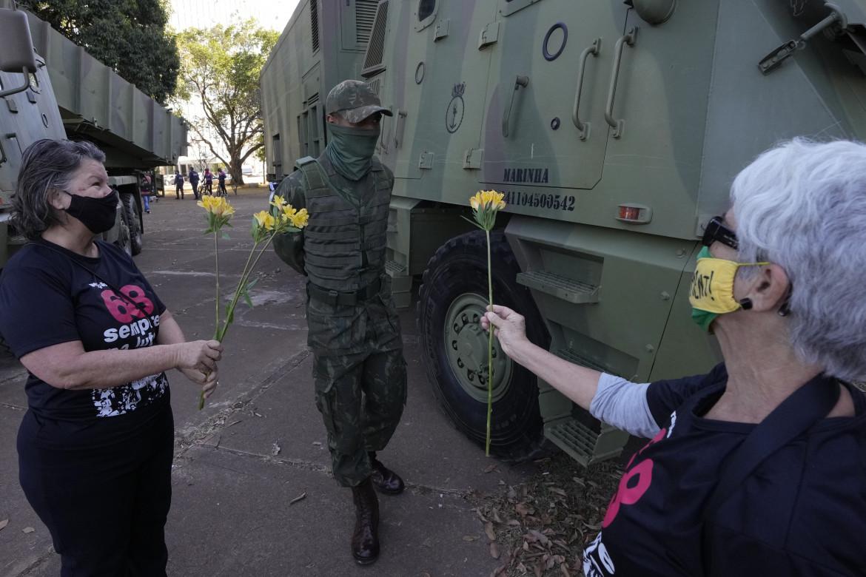 La protesta contro Bolsonaro durante la parata militare a Brasilia