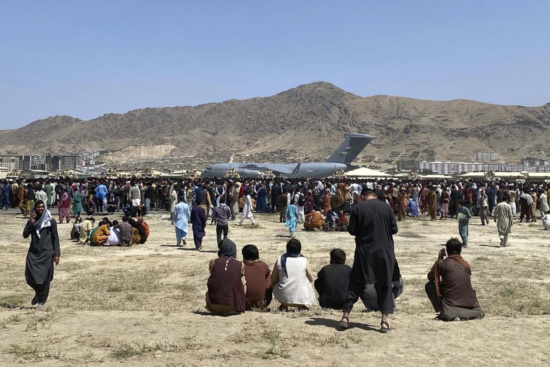 Centinaia di persone in attesa di evacuazione all'aeroporto di Kabul