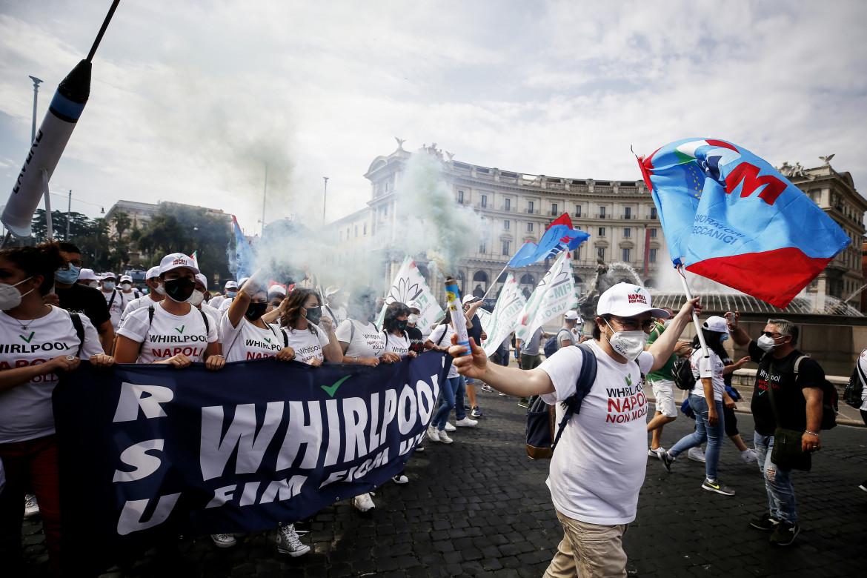 Una delle tante proteste dei lavoratori Whirlpool di Napoli