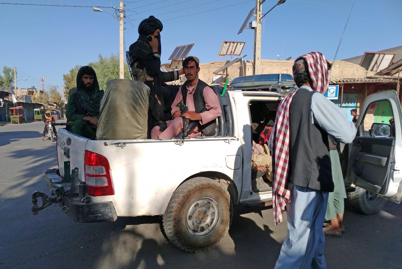 Miliziani talebani pattugliano le strade della città sud-occidentale di Farah
