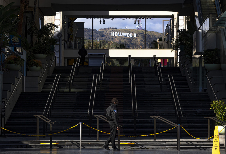 Guardie armate davanti al mall chiuso Hollywood & Highland Center