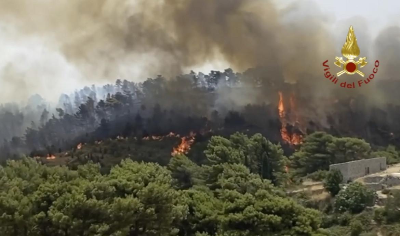 Bruciano i dintorni di Giarratana, in provincia di Ragusa