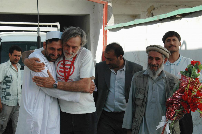 Nel 2007 Gino Strada riabbraccia Rahmatullah Hanefi, il responsabile di Emergency di Kabul, al termine della sua incarcerazione che durò alcuni mesi
