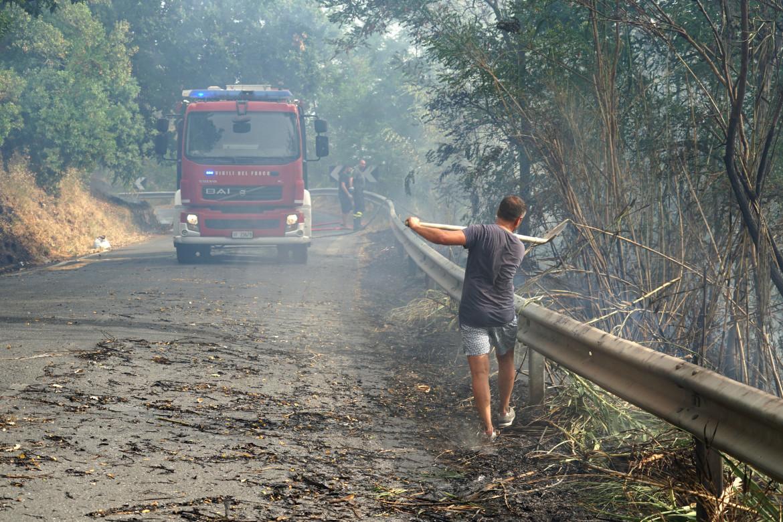 Spegnimento di un incendio a Fuscaldo, in provincia di Cosenza