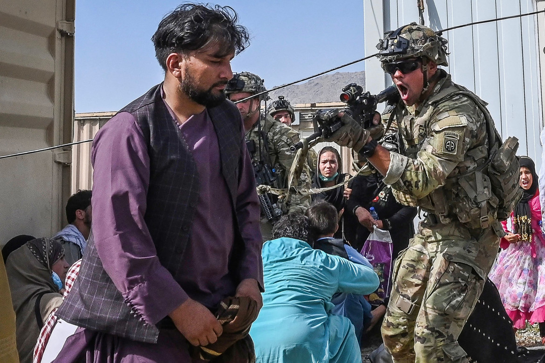 Un soldato americano punta l'arma contro un civile afghano all'aeroporto di Kabul