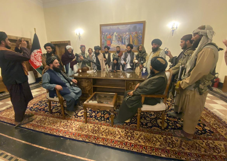 I miliziani talebani nel palazzo presidenziale di Kabul, abbandonato dal presidente Ghani
