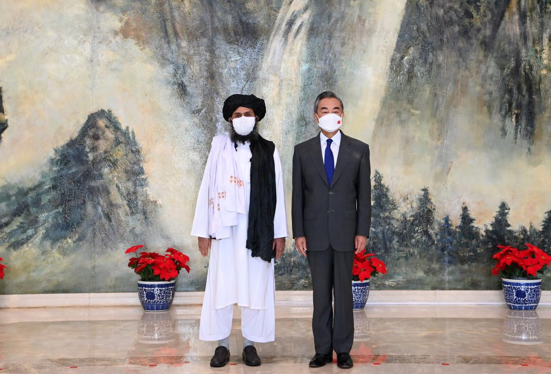 Il ministro degli esteri cinese Wang Yi con Mullah Abdul Ghani Baradar a Tianjin, lo scorso 28 luglio