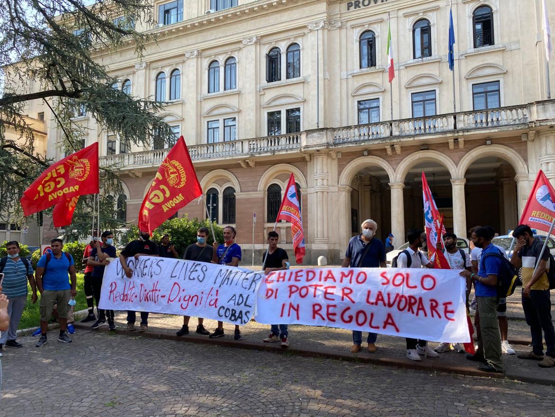 l presidio di lavoratori e sindacati sotto la Prefettura di Padova ieri in occasione del tavolo per Grafica Veneta